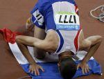 Mahiedine Bekhissi-Benabbad utilise le drapeau frança&is comme un tapis de prière après être arrivé second du 3000m Steeplechase aux jeux olympiques de Pékin - 18 août 2008